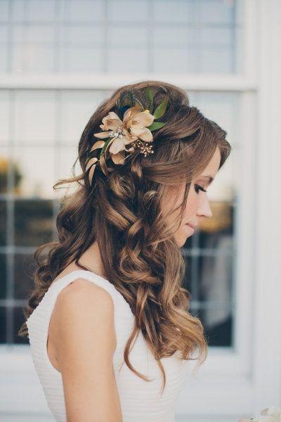 Fryzura ślubna Na Bok Z Kwiatem
