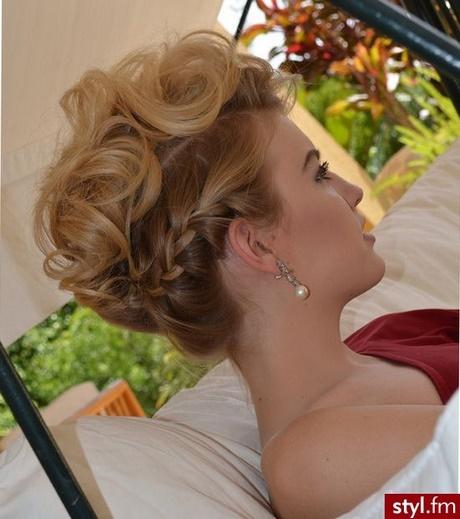 Fryzury Wyjściowe Włosy średnie
